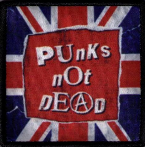 PUNKS NOT DEAD 03 - Britská vlajka v pozadí